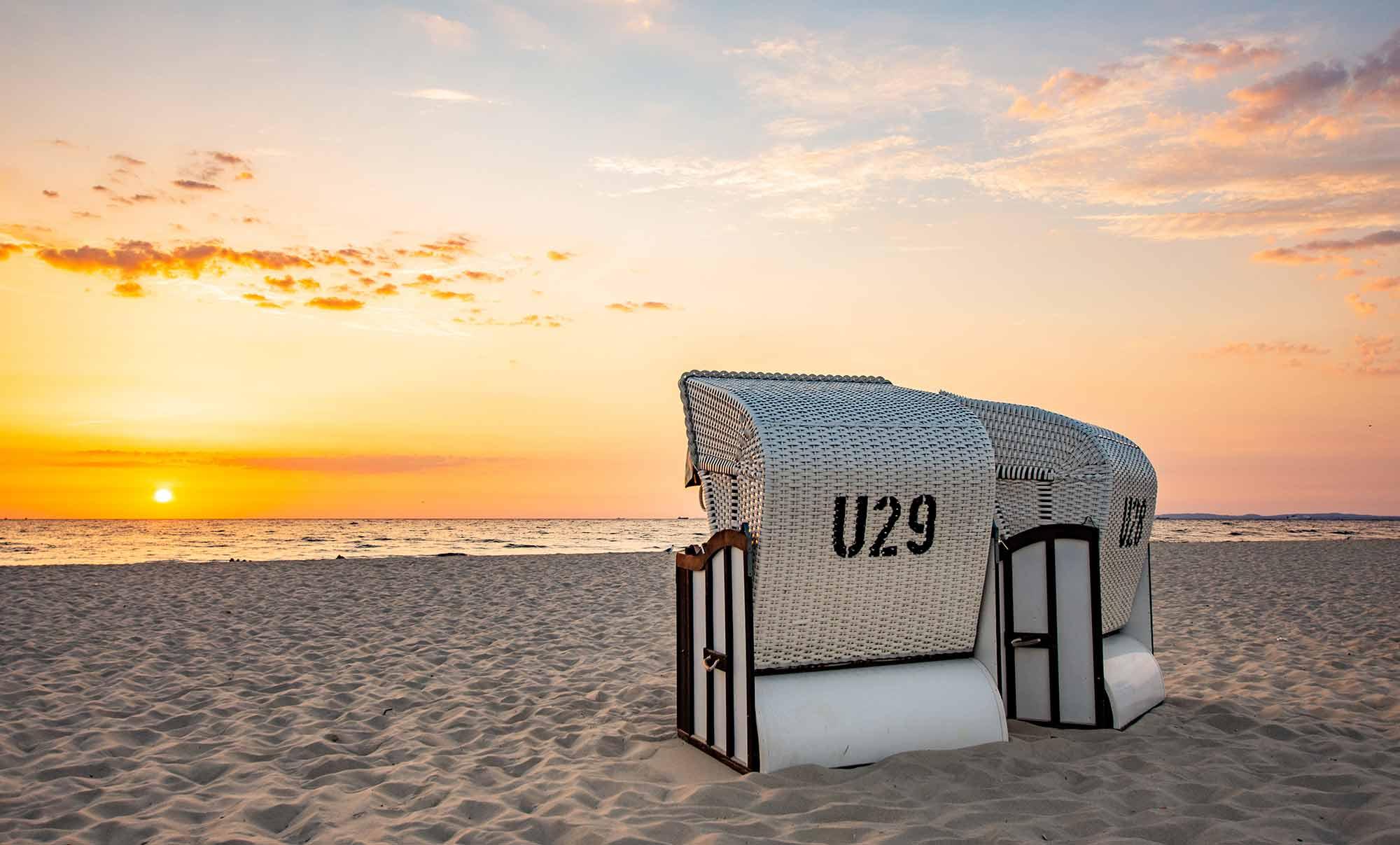 Strandkorb am Strand Sonnenaufgang